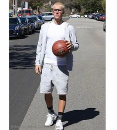 Celebrity Style | 海外セレブ最新ファッション情報 : 【ジャスティン・ビーバー】プラチナブランドの頭キラキラなジャスティン、バスケットボール片手にピースサ...