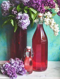 Fliedersirup - So schmeckt der Frühling 700 mg Zucker in 1 l Wasser auflösen 10 aufgeblühte möglichst dunkle Fliederblüten-Dolden 1 Bio-Zitrone 150 ml Zitronensaft
