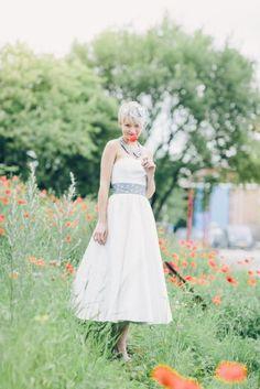 Rockabilly tea-length Brautkleid mit gekräuseltem Rock und grauem Petticoat. Grauem, gepunktetem Gürtel und modernem Bubikragen.