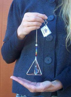 7 Chakras - Pyramid Pendulum / Suncatcher - Swarovski Crystals - 2 x 4 7 Chakras, Chakra Crystals, Swarovski Crystals, Copper Pyramid, Copper Wire Art, Chakra Jewelry, Humming Bird Feeders, Wire Crafts, Wire Wrapped Pendant