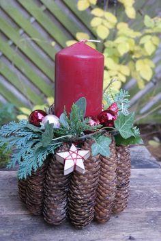 Adventsgesteck mit Fichtenzapfen