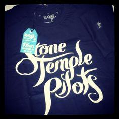 Stone Temple Pilots Rocker T-Shirts #userocker #modarocker #rocker #tshirts #camisetas #babylook #stonetemplepilots #rock #grunge #stp #scot #plush #bigbangbaby #nr4  Compre em www.modarocker.com.br
