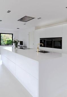 White dream of a kitchen! Clear lines, small details, huge space and minimalism makes this kitchen beautiful. White dream of a kitchen! Clear lines, small details, huge space and minimalism makes this kitchen beautiful. Best Kitchen Designs, Modern Kitchen Design, Interior Design Kitchen, Modern Interior, Interior Architecture, Diy Interior, White Kitchen Interior, Modern Luxury, White Contemporary Kitchen