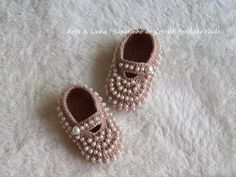 Sapatinho de Crochê Perolado Nude  Encomendas personalizadas whatsapp 62 98146.4188 email artelinharj@gmail.com Instagram: @croche_artelinha www.elo7.com.br/crocheartelinha