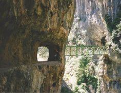 La Ruta del Cares está situada en el Parque Nacional de los Picos de Europa. Transcurre entre las localidades de Caín y Poncebos