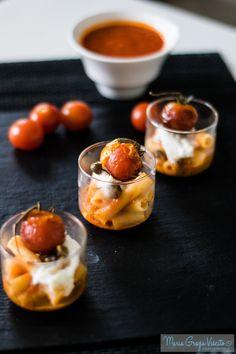 Bicchierini di pasta al pomodoro, con crema di pomodori confit, stracciatella, capperi semicanditi e pachino fritti