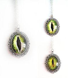 Occhio drago collana cabochon verde scuro chiaro gatto fantasy mistico magia poteri spirituale vetro tondo fantasia cosplay maghi elfi
