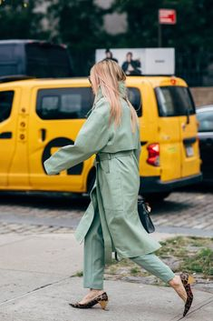 New York Fashion Week Delivered All the Street Style You've Been Waiting For New York Fashion Week Street Style, Spring Street Style, Cool Street Fashion, Fashion Editor, Fashion News, Fashion Beauty, First Day Outfit, Outfit Of The Day, Parisian Chic