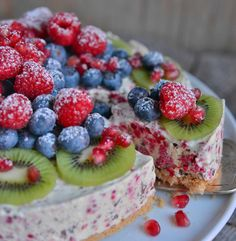 Denne kaken er så stappfull av frukt og bær at den nesten kan kalles en fruktkake. Den smaker friskt og godt og er perfekt å servere en varm sommerdag. Kan fint lages dagen før. Bunn 150 g cashewnøtter naturell (uten salt) hvis du ikke ønsker å ha nøtter i kaken, kan du erstatte dem med …