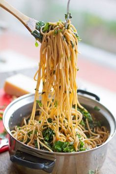 I have been absolutely CRAVING pasta and this sounds delish! Garlic Butter Spaghetti with Spinach and Herbs Think Food, I Love Food, Food For Thought, Spaghetti With Spinach, Garlic Spaghetti, Spaghetti Squash, Garlic Pasta, Greek Spaghetti, Spicy Pasta