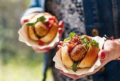 Plánujete výrobu domácích hotdogů? Pak je domácí máslová brioška tou nejlepší volbou! #recept #peceni #brioska #houska #recipe #bake #brioche Hot Dog Buns, Hot Dogs, Hamburger, Menu, Bread, Chicken, Ethnic Recipes, Food, Menu Board Design