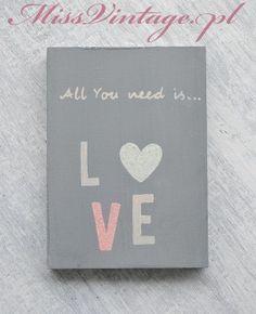 Ręcznie malowana tabliczka dekoracyjna All You need is LOVE szara, ozdobiona brokatem. Hanmade wood sign.