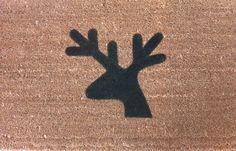 Felpudo de coco natural con motivo de reno pintada a mano.