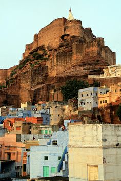 Mehrangarh Fort, one of the largest forts in India, is situated above the city of Jodhpur. Places To Travel, Travel Destinations, Places To Visit, Ursula, Wonderful Places, Beautiful Places, Places Around The World, Around The Worlds, Pakistan Pictures