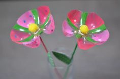 These are almost as cute as my TP roll flowers fro mothers day!Raising A Glass To Recycling – Recycling Informationflowers from the bottom of a plastic bottle Water Bottle Crafts, Plastic Bottle Flowers, Plastic Bottle Crafts, Plastic Bottles, Crafts For Seniors, Crafts For Kids, Arts And Crafts, Recycled Bottles, Recycled Crafts