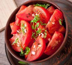 Salata de rosii cu carnati chorizo a la Jamie Oliver Jamie Oliver, Chorizo, Tomato Salad, Strudel, Quick Meals, Basil, Garlic, Avocado, Salads