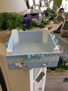 Cajas de fruta Decoupage Furniture, Diy Furniture, Easy Crafts, Diy And Crafts, Baby Baskets, Gift Baskets, Painted Plant Pots, Baby Box, Diy Recycle