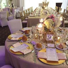 Flowers and candle wedding centrepiece | By Unico Decor