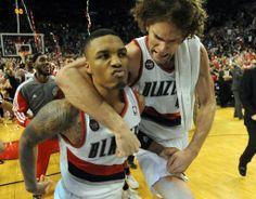 13-14NBAプレーオフ1回戦(7回戦制)、ポートランド・トレイルブレイザーズ(Portland Trail Blazers)対ヒューストン・ロケッツ(Houston Rockets)。決勝の3ポイントシュートを沈め、チームメートに祝福されるポートランド・トレイルブレイザーズの...