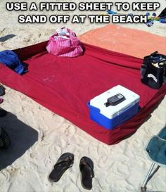 1000 Life Hacks - this idea of bringing a fitted sheet to the beach is brilliant! Just put one together but I sewed two beach towels together first, then attached them to the fitted sheet, came out great, can't wait to try it out. Do It Yourself Organization, Travel Organization, School Organization, Beach Hacks, Beach Ideas, Beach Fun, Beach Camping, Free Beach, Beach Picnic