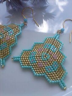 Peyote triangle earrings 3d Triangle, Triangle Earrings, Triangle Pattern, Seed Bead Jewelry, Seed Beads, Beaded Jewelry, Beading Patterns Free, Peyote Patterns, Earrings