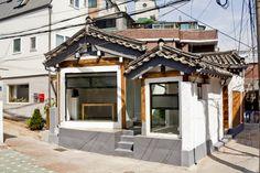 수년간 관심 밖으로 밀려났던 한국 전통 가옥 '한옥'이 다시 인기를 누리고 있다.