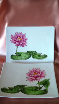Platos para sushi con nenufares Pottery Painting, Ceramic Painting, Ceramic Art, Flower Plates, Ceramic Flowers, Mosaic Garden Art, Glaze Paint, Plate Design, Creative Cards