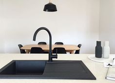 via Amazing kitchen design by another one of our talented customers! The black sink provides a very modern finish and looks elegant against our matte black kitchen mixer. Our kitchen is coming along slowly. Black Kitchen Taps, Black Sink, Kitchen Sink Faucets, Black Kitchens, New Kitchen, Kitchen Mixer, Kitchen Tips, Best Kitchen Designs, Layout