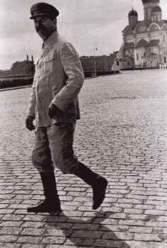 Stalin Strolling Down The Red Square Soviet Art, Soviet Union, Moscow Kremlin, Joseph Stalin, Russian Revolution, Modern History, Historical Pictures, Rare Photos, Fotografia