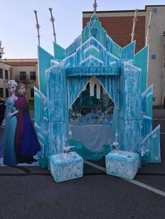 Elsa& Frozen Castle made out of old cardboard boxes . Office Christmas Decorations, Diy Birthday Decorations, Birthday Backdrop, Frozen Themed Birthday Party, Frozen Birthday Party, Frozen Party, 2nd Birthday, Happy Birthday, Elsa Castle