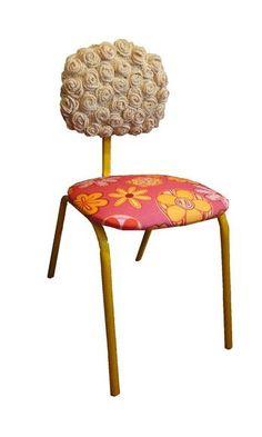 Cadeira com estrutura de ferro pintada com esmalte sintético na cor amarela; o assento é em tecido de algodão com impermeabilizante scotch gard na cor pink com estampa floral em tons de rosa e amarelo. O encosto é em crochê com várias flores na cor cru. R$ 250,00