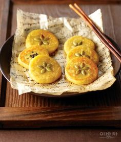 sips and nibbles Korean Rice Cake, Korean Sweets, Korean Dessert, Korean Food, Japanese Pastries, Rice Cakes, Asian Cooking, Light Recipes, Asian Recipes