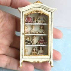 Taller Targioni Filled Dolls Curio Cabinet Shabby French Dollhouse Miniature Z Miniature Rooms, Miniature Crafts, Miniature Furniture, Doll Furniture, Dollhouse Furniture, Dollhouse Accessories, Doll Accessories, Dollhouse Dolls, Dollhouse Miniatures