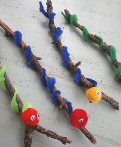 Worm craft for children. Make a worm using a stick, pipe cleaners and pom poms. #kidscraft #preschool