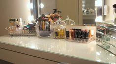 Makyaj masası ve makyaj malzemeleri düzeni örneği ..