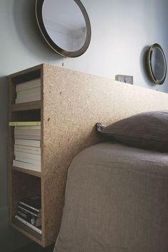 Tête de lit réalisée avec un coffrage pour ranger livres et objets divers. Plus de photos sur Côté Maison http://petitlien.fr/7iej