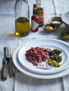 Steak tartaar, zoals het hoort met kappertjes, sjalot, augurk en ei.