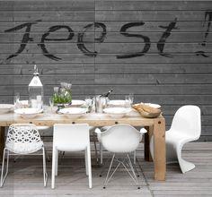 Houten tafel, verschillende witte stoelen, verkrijgbaar bij de Zitfabriek.