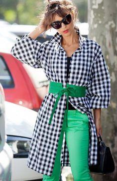 Gingham shirt dress, green accessories, -style / fashion / o Dress Over Pants, Green Shirt Dress, Green Pants, Green Fashion, Colorful Fashion, Fashion Looks, Fashion Pants, Fashion Outfits, Womens Fashion