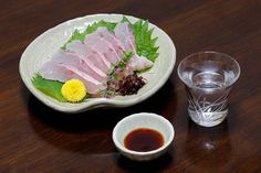 Sachimi is sliced raw fish such as tuna, shirimp and cuttlefish. Cuttlefish, Japanese Food, Fresh Rolls, Tuna, Meat, Ethnic Recipes, Japanese Dishes, Solar Eclipse, Atlantic Bluefin Tuna