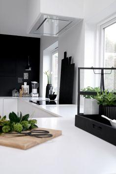 I love this Kitchen . Black and White