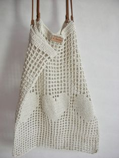 Net bag with leather handles and removable inner bag. Light but strong and stretches well to accommodate all goods. Ideal companion for a day out in the city or at the beach. Wear it over your shoulder or in hand. Diy Tricot Crochet, Crochet Tote, Crochet Handbags, Crochet Purses, Cotton Crochet, Crochet Market Bag, Net Bag, Simple Bags, Purse Patterns
