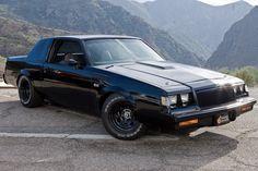 1987年式ビュイック「グランドナショナル」はドミニクがドライブ。V型6気筒ターボエンジンを搭載。ブラックアウトされたエクステリアが印象的