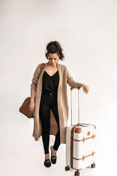What to Wear on Your Next Flight - Olivia Jeanette - Black top+black skinny jeans+black loafers+camel long cardigan+cognac travel bag+white and cognac suit-case. Spring Travel Outfit 2018 Source by lenaklinger - Black Cardigan Outfit, Black Loafers Outfit, Long Cardigan Outfits, Loafers Outfit Womens, Loafers Outfit Summer, Black Booties, Skinny Jeans Negros, Airplane Outfits, Winter Travel Outfit