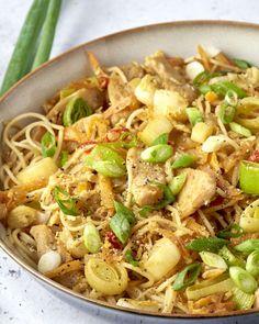 Bami goreng met kip Dinner Recipes Easy Quick, Easy Chicken Recipes, Asian Recipes, Healthy Dinner Recipes, Diner Recipes, Cooking Recipes, Food Porn, Comfort Food, Happy Foods