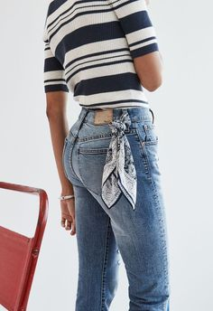 madewell cruiser straight crop jeans worn with the ribbed sweater top + silk ban… Gerade geschnittene Jeans von Madewell Cruiser mit Rippenpullover und Seidenbandana. Ways To Wear A Scarf, How To Wear Scarves, Mode Outfits, Casual Outfits, Fashion Outfits, Fashion Scarves, Dress Casual, Dress Outfits, Denim Outfits