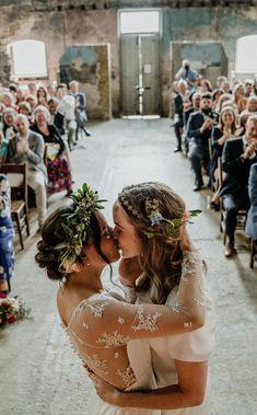 Bride of Ollichon - Saskia Photo op: ceremonial kiss with audience Wedding Goals, Wedding Pics, Dream Wedding, Wedding Dresses, Lgbt Wedding, French Wedding Dress, Luxury Wedding, Wedding Ceremony, Cute Lesbian Couples