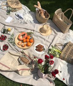 Picnic Date, Beach Picnic, Picnic Pictures, Charcuterie Picnic, Good Food, Yummy Food, Cafe Food, Aesthetic Food, Love Eat