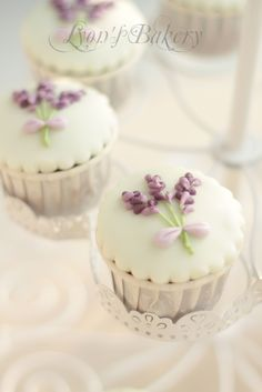 Ƹ̴Ӂ̴Ʒ Sweet Ƹ̴Ӂ̴Ʒ Little Cakes ~ cupcake with lavender flower Pretty Cupcakes, Beautiful Cupcakes, Fun Cupcakes, Wedding Cupcakes, Cupcake Cookies, Flower Cupcakes, Mocha Cupcakes, Gourmet Cupcakes, Strawberry Cupcakes
