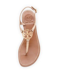 Sandals Summer - Tory Burch Violet Logo Thong Sandal, Rose Gold - There is nothing more comfortable and cool to wear on your feet during the heat season than some flat sandals. Cute Shoes, Me Too Shoes, Nike Motivation, Blog Logo, Chanel Logo, Fashion Mode, Fashion Stores, Fashion Outfits, Grunge Outfits
